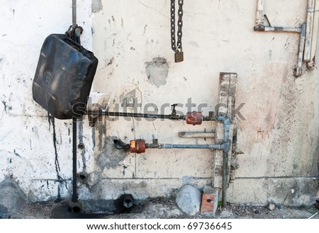 Oil can with pipes