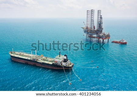 Oil tanker and oil rig in the gulf - stock photo