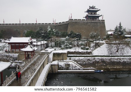 On January 7, 2018, xi 'an, snow, snow scene of ancient city wall to attract tourists taking pictures.
