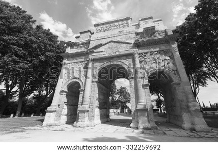 Orange (Vaucluse, Provence-Alpes-Cote d'Azur, France): the Roman Arch. Black and white