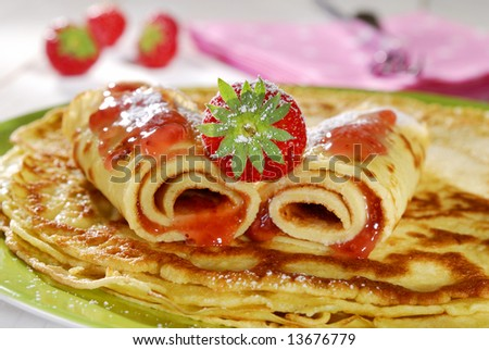 pancakes with strawberries and Erstinfektionen sugar - stock photo