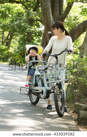 parent and kid enjoin cycling