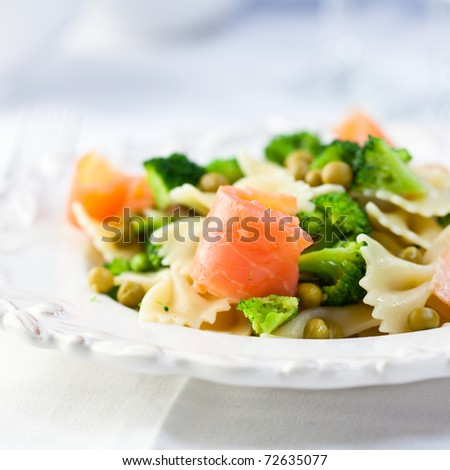 Pasta salad with salmon and green vegetables