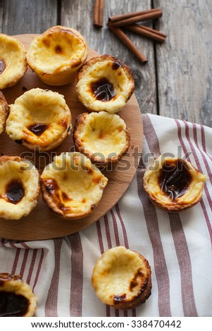 Pasteis on a round board and a napkin