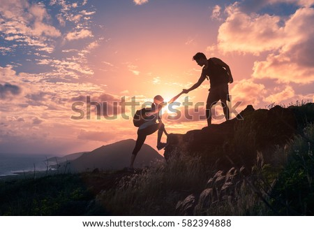 people helping each other hike mountain の写真素材 今すぐ編集