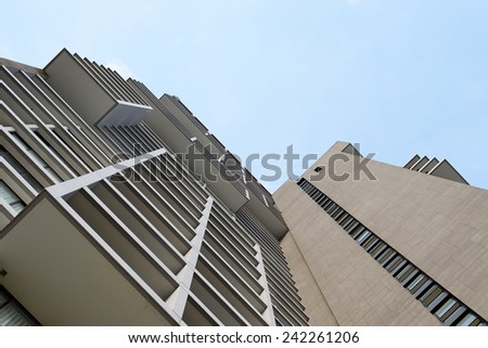 Perspective of a building with clear sky.