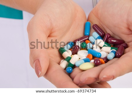 pills in hands of doctor