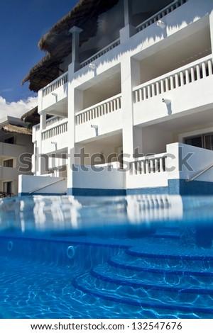Piscina con escalera en Playa del Carmen - stock photo