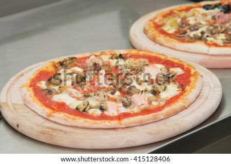 pizza with mussels in tomato sauce