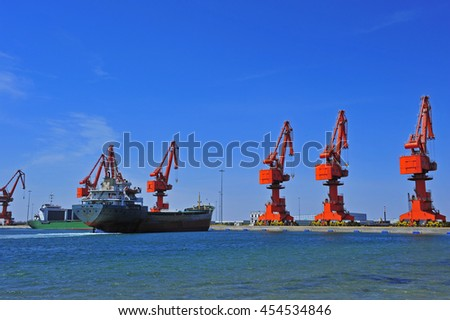 Port crane bridge and bulk carrier