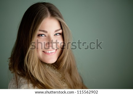 Portrait of young beautiful woman smiling at cameta