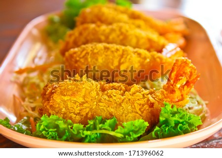 Prawns fritter cover with crisp bread and salad