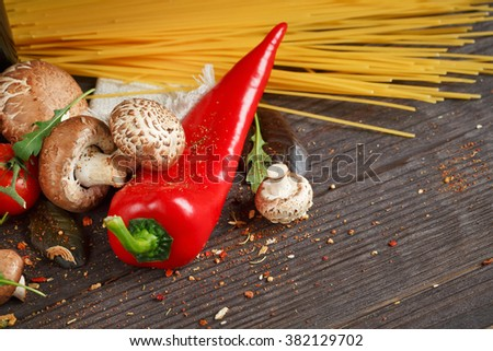 spaghetti pasta with tomatoes, garlic, mushrooms, pepper and olive oil ...