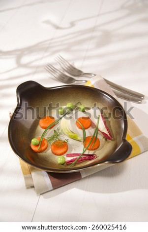 Presentation of mixed salad with peas, carrots and fennel