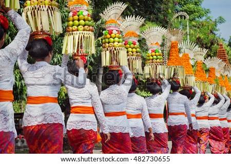 Procession Beautiful Balinese Women Traditional Costumes Stock Photo Royalty Free 482730655