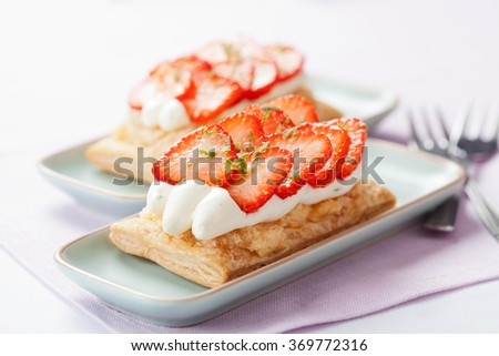 Puff pastry tarts with cream and strawberries