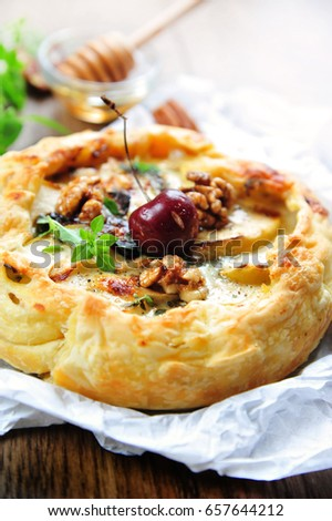quiche with parma ham, soft cheese, apple and honey