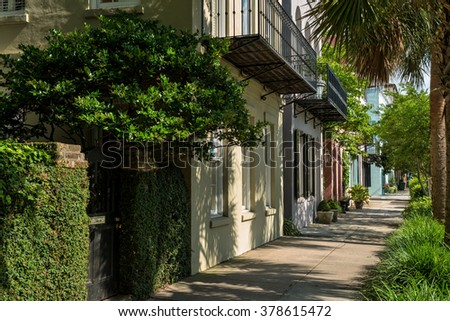 Quiet Summer Street - One of many quiet, colorful and well-preserved historic streets in Downtown Charleston, South Carolina, USA. - stock photo