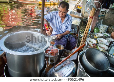 Ratchaburi, Thailand, - November, 22, 2014 : Unidentified people makes noodle soup thai food at Damnoen Saduak floating marketRatchaburi, Thailand.