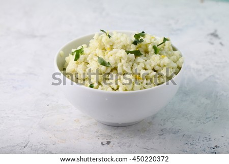 Rice with avocado and lemon