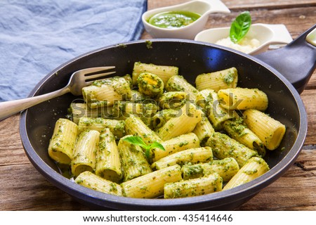rigatoni with pesto sauce and gorgonzola cheese