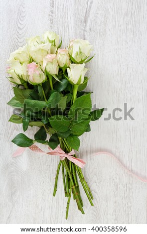 roses bouquet on a rustic wood panels