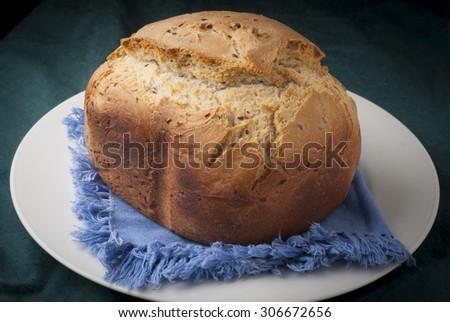sabroso, dorado y crujente pan de molde casero reci�©n hecho - stock photo
