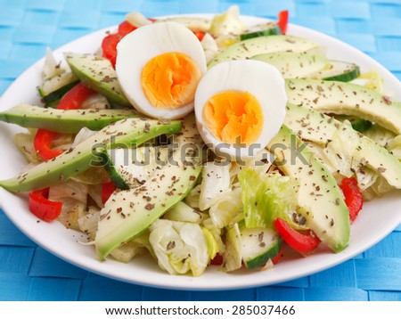 Salad with avocado, peppers and eggs, one portion
