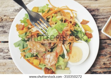 Salad with tofu and peanut sauce