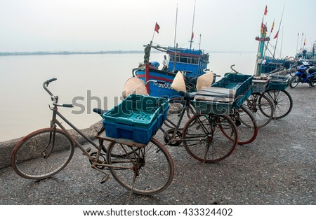 SAM SON, Vietnam, March 18, 2016 bike pack, as fishermen Sam Son, Thanh Hoa, Vietnam