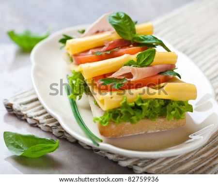 Sandwich with prosciutto and cheese