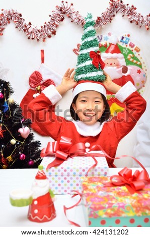Santa Claus costume to enjoy the Christmas party girl