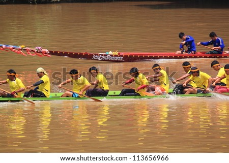 SARABURI,THAILAND - SEPTEMBER 22 :Unidentified crew in traditional Thai long boats compete during Queen Cup Traditional Long Boat Race Championship on September 22, 2012 in Saraburi,Thailand.