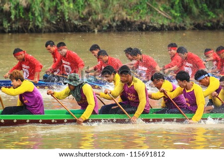 SARABURI,THAILAND - SEPTEMBER 23 : Unidentified crew in traditional Thai long boats compete during Queen Cup Traditional Long Boat Race Championship on September 23, 2012 in Saraburi,Thailand.