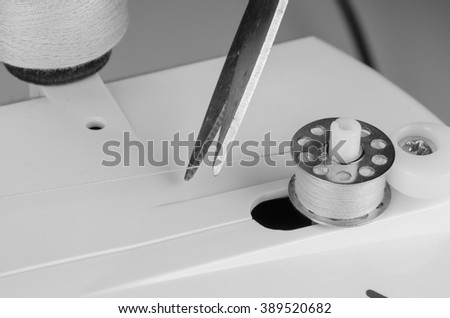 Sewing machine loading yarn