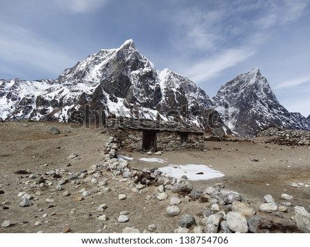 Sherpa hut with Tabouche in the background