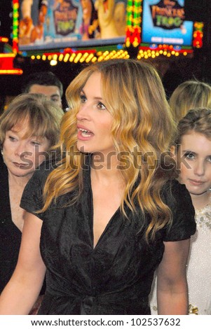 """Shirley Maclaine and Julia Roberts at the """"Valentine's Day"""" World Premiere, Chinese Theater, Hollywood, CA. 02-08-10 - stock photo"""