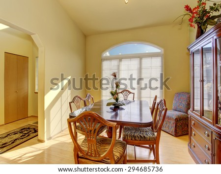 Simple and elegant dinning room with nice dinning set.