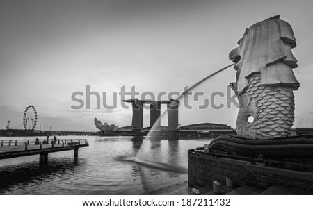 SINGAPORE-Jan,18-The Merlion fountain and Marina Bay on morning Jan 18, 2014. Merlion is a mythical creature with the head of a lion and the body of fish,and is symbol of Singapore in black and white - stock photo