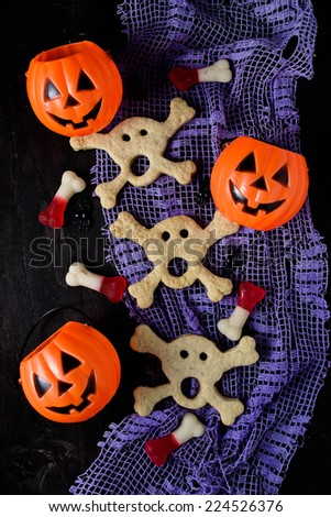 Skull and bones cookies for Halloween or pirate??s party