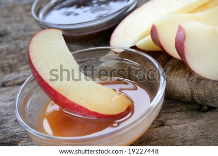 Sliced apples and dipping sauce.