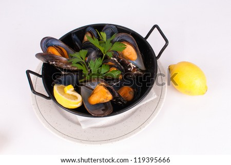 Small pot with steamed mussels
