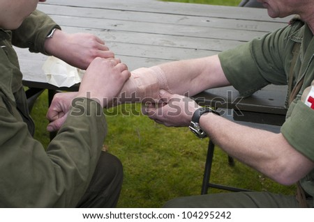 soldiers are demonstrating how to apply first aid