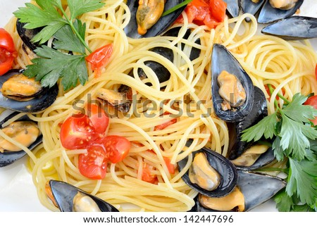 spaghetti pasta with mussels with fresh tomato olive oil and parsley ...