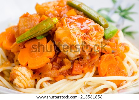 spaghetti  stir-fried with shrimp and vegetable