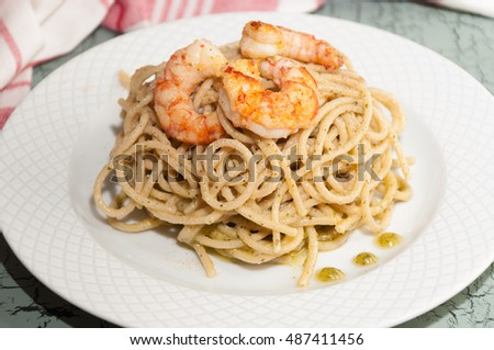 Spaghetti with prawns and pesto sauce