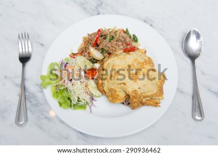 spicy pork with basil and omelet, eat