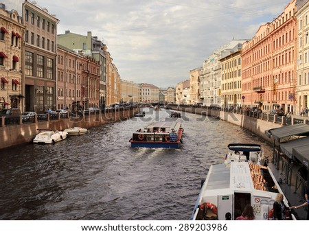 St. Petersburg, Russia - Mai 29, 2015, Viewfrom Nevsky Prospekt (Zelenyy Bridge) on the Moyka River. Tourists sail alongside of the Moyka River during the White Nights time in summer.