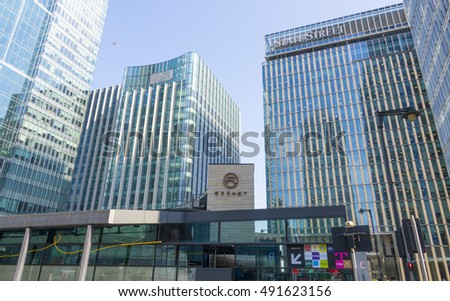 State street building and street corner at Canary Wharf - LONDON / ENGLAND - SEPTEMBER 15, 2016