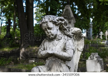 statue of an angel girl